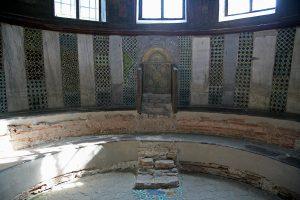 Синтрон с мозаичным епископским троном, стены украшены мрамором и мозаикой, Собор Святой Софии, Киев, XI век