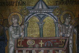 Ангелы, прислуживающие Христу у престола, фрагмент Евхаристии, мозаика в алтарной апсиде, Собор Святой Софии, Киев, XI век