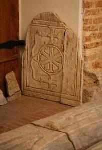Мраморный парапет первоначальной алтарной преграды